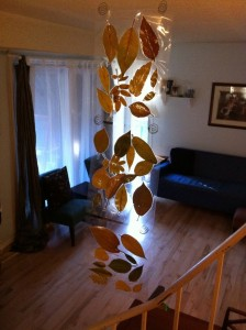 Check out this original and beautiful homeschool craft idea. Make your own autumn leaf curtain with your children! It's a great project and the end result is stunning! #homeschool #fallproject #fallcraftidea